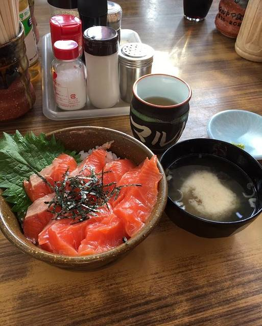 """mayu's Instagram post: """"北海道で食べたサーモン丼美味しかったな…次いつ行けるやら…#サーモン丼#マルトマ食堂"""" (878162)"""