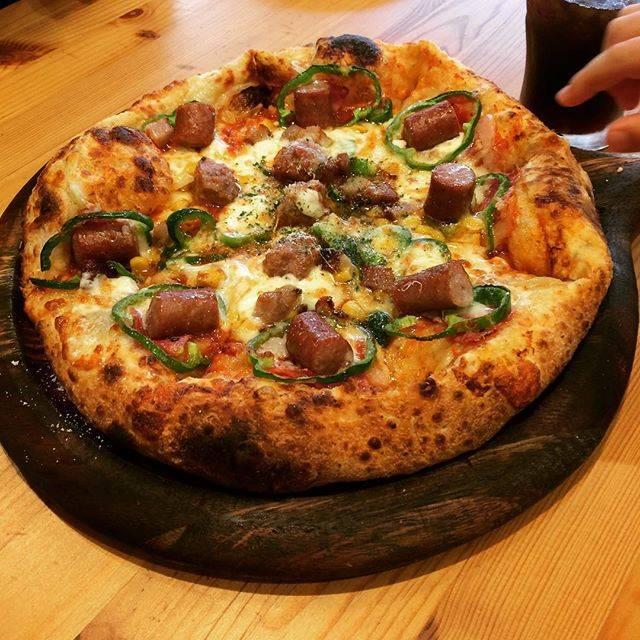 """札幌のんびり食べ歩き日記 on Instagram: """"#お昼ご飯 * 千歳のサーモンパーク道の駅にあるピザ屋さん。 * 息子がピザ大好きで、蕎麦屋でもピザを頼む男なので行ってみた。 * 生地もピザソースもソーセージも手作りらしい。 * 石窯なので野菜も全てパリッと焼かれていて美味しい✨…"""" (878402)"""
