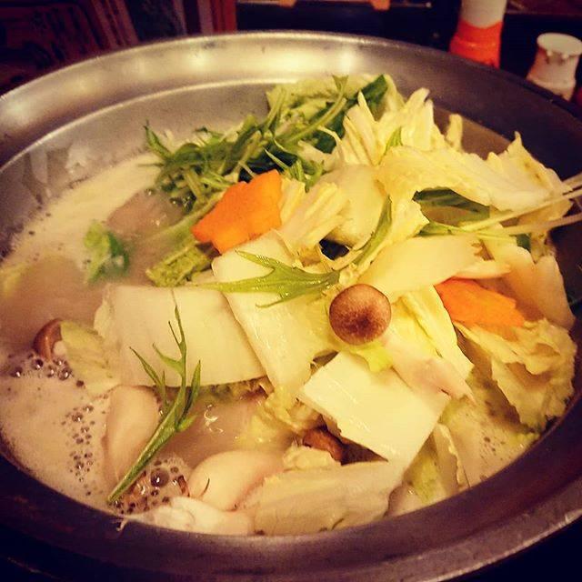 """奥田雅樹 Masaki Okuda's Instagram photo: """"今日は鍋♪ ちょっと鶏が続いたけど 鶏の水炊きね 鶏ガラとんこつスープに 骨付き鶏肉を 野菜と一緒に 頂きましょう 体力的には今晩しんどいよ でも少しはスタミナつくかな? いま頑張らないと ここまで来た意味がないのよ 最後まで どんな形でも見届ける 揺るぎない流儀やな♪…"""" (879195)"""