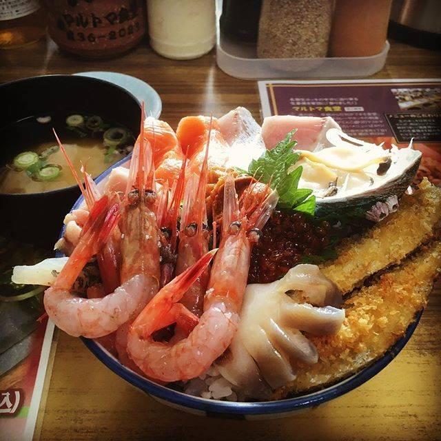"""sudacchi on Instagram: """"出張先の北海道苫小牧市でランチ。港にあるマルトマ食堂行きました。ホッキカレーと迷いこちらのマルトマ丼にしてみました。具だくさんで満腹です!#北海道 #ランチ #胆振 #マルトマ #苫小牧 #グルメ"""" (879585)"""