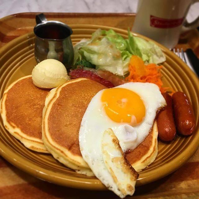 "Yuko Kinoshita on Instagram: ""朝ごはん♪ メープルシロップいっぱいの甘いパンケーキも、 目玉焼きとソーセージもどちらも食べたくて♡ 遊びに行く日は朝から食欲旺盛になる(笑)  #アペティートカフェメトロ #アペティートカフェ #朝ごはん #モーニング #カフェモーニング #パンケーキ #ホットケーキ…"" (880447)"