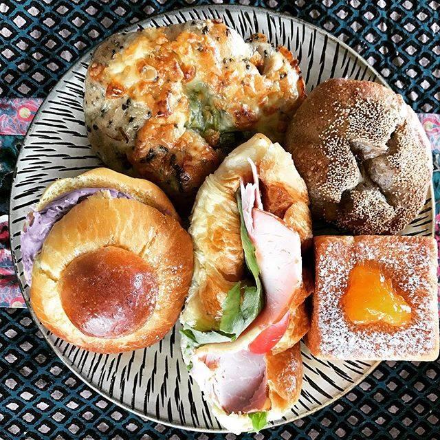 """ozmie on Instagram: """"#朝ごパン  クロワッサンハムサンド、ブルーベリーヨーグルトクリーム挟んだブリオッシュなどなど🍞🥐🥖 店名にあるとおりにブリオッシュ生地のパンが特にお〜いし〜い😊💗 店内広くないのに種類が豊富で迷いまくりました😋 ・ ・ #安心してください  #一度に全部は食べませんよ 😆 ・…"""" (880449)"""