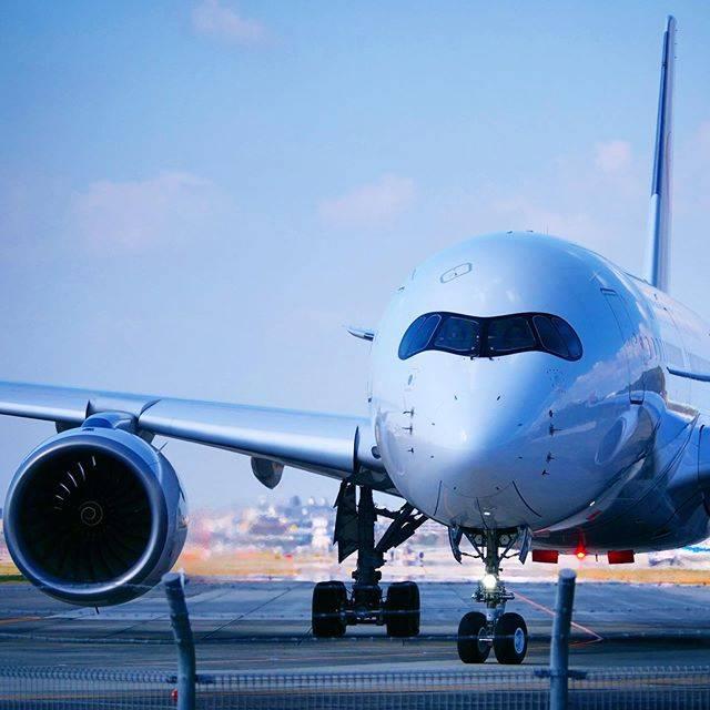 """aomomo on Instagram: """"❤️ また乗りたい飛行機✈️A350✈︎ . . 乗り心地よく😌CAさんの笑顔も素敵で✨私のお願いを快く受けて下さり、ありがとうの気持ちいっぱいの空旅…素敵な思い出☆*゚ . . 2020.3.11📸 #福岡空港 #日本航空 #飛行機のある風景…"""" (881333)"""