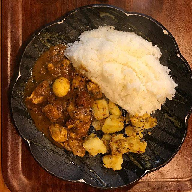 "@kmk_curry on Instagram: ""#スパイス料理バキン #ブラックペッパーチキンカレー*オープン5分後の到着で20人以上の行列8席の店内、持ち帰りオーダー味もだけれどひとりでこなす捌きに驚愕*"" (881758)"