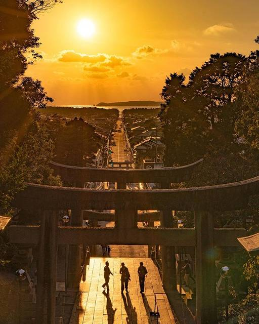 "詩歩/Shiho (死ぬまでに行きたい!世界の絶景) on Instagram: ""🌇  The magical ""Road of light"" you can see at Miyajidake Shrine in Fukuoka. At straight road in front of the shrine, the sunset falls…"" (882517)"