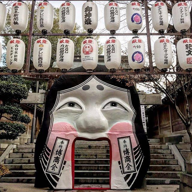 "@naranarakazu on Instagram: ""🇯🇵 福岡 『櫛田神社』  櫛田神社のお多福面👹 三種類設置されている様です。 口の中を通ると商売繁盛や家内安全のご利益があるそう❗️ #旅行好きな人と繋がり #旅 #旅行 #旅したくなるフォト #旅行好きな人と繋がりたい #旅好きな人と繋がりたい #旅に出たい…"" (882518)"