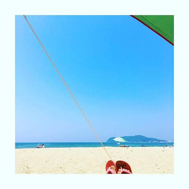 """kaori on Instagram: """"・ 海に行ってきました😎 シュノーケルとマスクつけて泳ぐのに夢中で、気がつけば背中が真っ赤っか。 ・ 今回初めて海にタープを持って行ったら快適で正解でした〜! ・ #シンプルな暮らし #シンプルライフ #暮らし #ミニマリスト #初心者キャンパー #キャンパー #タープ…"""" (882638)"""
