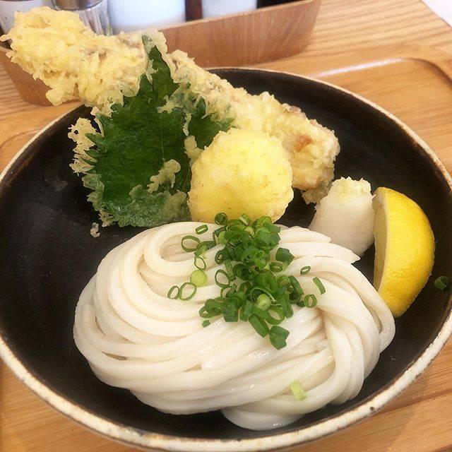 """saki's Instagram photo: """"うどん日和/六本松 * * モチっとした麺とサクサクのちくわ天。 仕事で近辺に行ったので、久しぶりに外食しました。 テイクアウトのお客さんもたくさんいました!! さすが、人気店(^^) * *…"""" (884289)"""