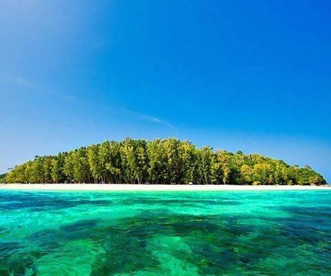 タイ南東部の無人島「バンブー島」の美しい海。