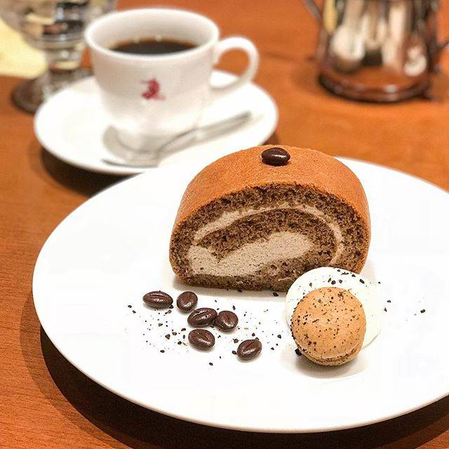 "🇪​🇵​🇮​🇨​🇺​🇷​🇺​🇸​Hong Kong 伊比 on Instagram: ""Lovely moist Coffee Roll Cake with Chocolate Coffee Beans & Macaron.  Made by レジャン Regent Cake Shop Yakuin which started in 1989, for【珈琲舎のだ…"" (884980)"