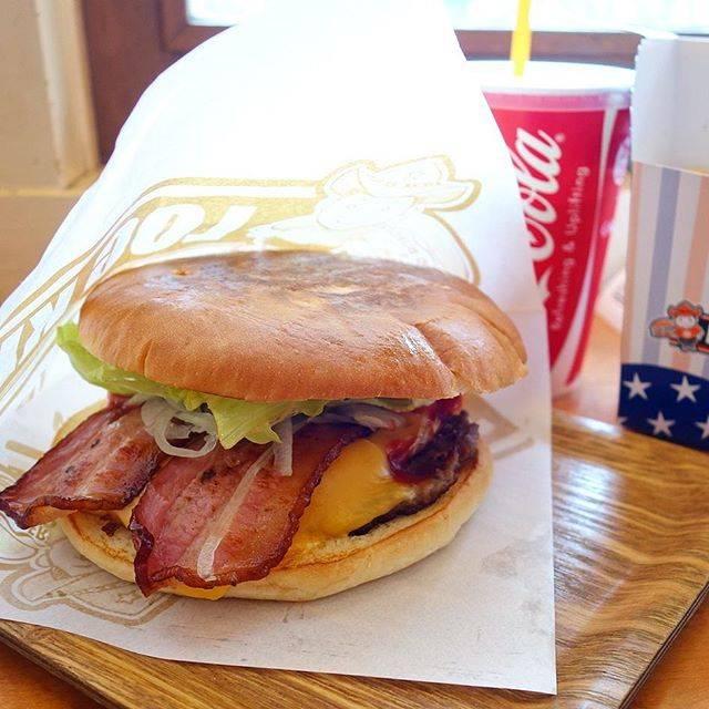 "Kei  Sato on Instagram: "".佐世保バーガー♪直径16センチ、重量500gの「スペシャルバーガー」は食べ応え満点でした♪..佐世保バーガーは、長崎県佐世保市のご当地グルメで手作りハンバーガーの総称とのこと。.#ハンバーガー#Hamburger#佐世保バーガー#ログキット"" (885412)"