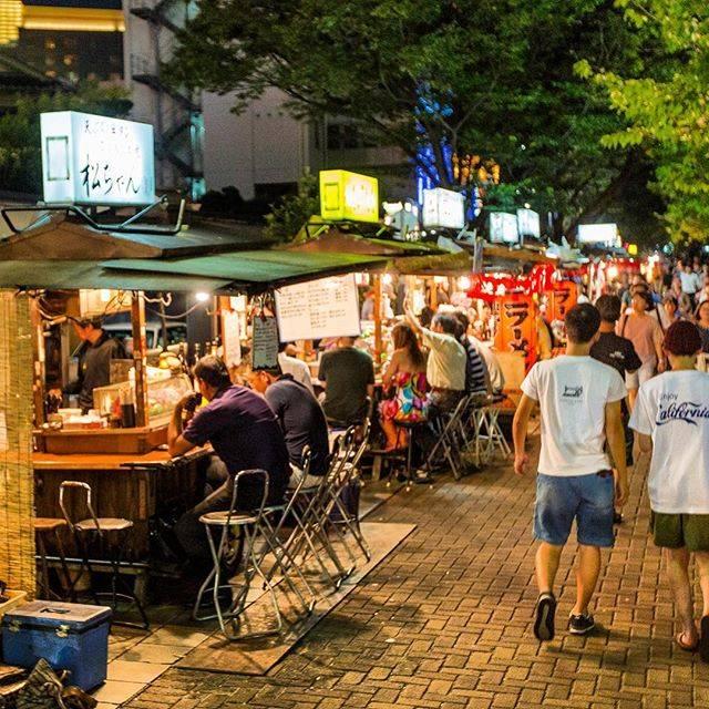 """Japonismo.com 🇯🇵 Todo Japón on Instagram: """"Fukuoka es una ciudad muy vibrante por la noche. En los yatai o puestos callejeros de Nakasu hay siempre un ambiente increíble! ¿Quién…"""" (885780)"""