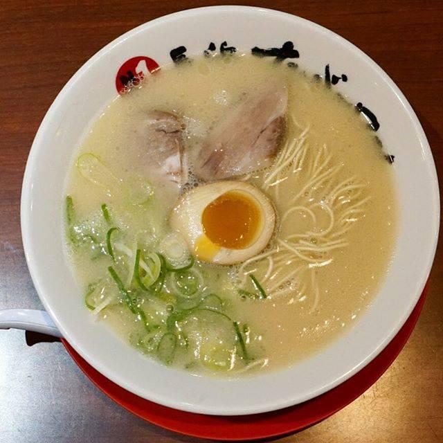"""へむへむ's Instagram profile post: """"【長浜ナンバーワン】 博多旅行2杯目!! 長浜ラーメンは長浜の魚市場で生まれ、素早く提供するために細麺で茹で時間を短縮するなどの工夫があったそうです。 スープは意外にもあっさりで、特に味玉が美味しかったです。チャーシューはあっさりで、スープとの相性もGOOD👍…"""" (886034)"""
