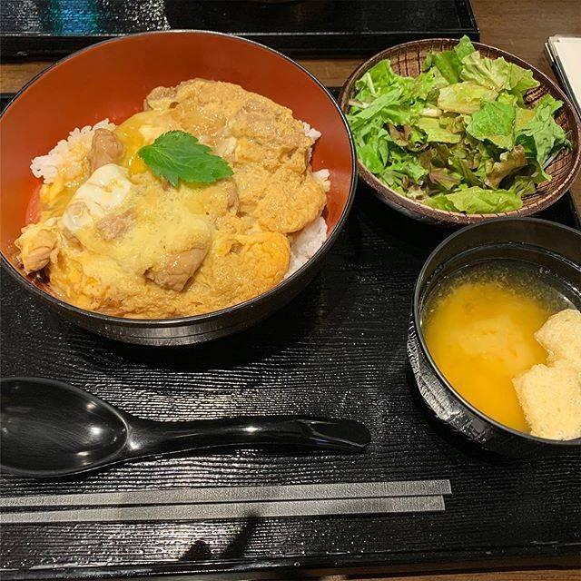 """【公式】HOTEL LA FORESTA〜BY RIGNA〜 on Instagram: """"ホテルラフォレスタでございます😊  今回は博多駅地下にある「鶏匠 松元」さんをご紹介します^_^ 鶏料理専門で、親子丼やチキン南蛮が人気のお店です! 夜はおでんもだしており、お酒も楽しめます🍺 興味ある方は是非お立ち寄りください💓  #インスタ映え #フォトジェニック…"""" (886124)"""