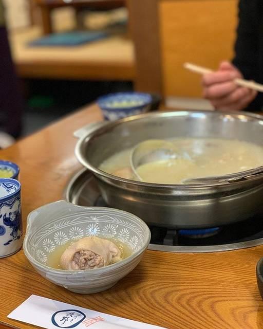 """アピナッツ🥜 on Instagram: """"・ 福岡の水炊きと言えばここって博多華丸大吉も 何かのテレビで言ってた📺くらいの名店で ずっといこう、いこうと予約の電話せっせとしてたけど 全然予約取れなくて、3月の引っ越しの 直前にやっとやっとやっといけました!! スープも鳥も鶏団子も、おいしいおいしい、、…"""" (886488)"""