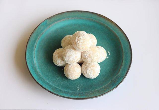 """らし子 on Instagram: """"・ サクホロスノーボールクッキー!一目惚れしたお気に入りのお皿です✨やっぱりこのお皿かわいい、、( ; ; ) ・ ・ ・ #スノーボールクッキー #スノーボール #クッキー #手作りクッキー #お菓子作り #お菓子作り好きな人と繋がりたい #お菓子作り記録 #おうちカフェ…"""" (887509)"""