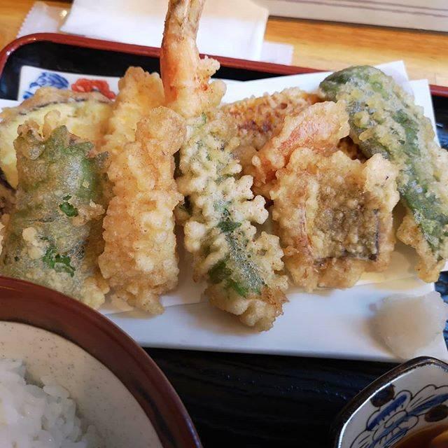"""UPEC on Instagram: """"今日のお昼ご飯。 太宰府市にある『揚げたて天ぷらはまだ』でおすすめ天ぷら¥880を頂きました❗ 全体写真はビンボケ😭 天ぷらはしその巻いた太い海老、コショウダイ、キス、ハモ、ピーマン、かぼちゃ、ニンジン、ナス、お芋の計9品。 これにサラダと茶碗蒸し❗ もちろん御飯と味噌汁付き。…"""" (887823)"""