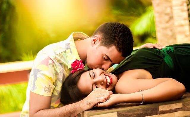 Couple Kissing Lying - Free photo on Pixabay (471092)